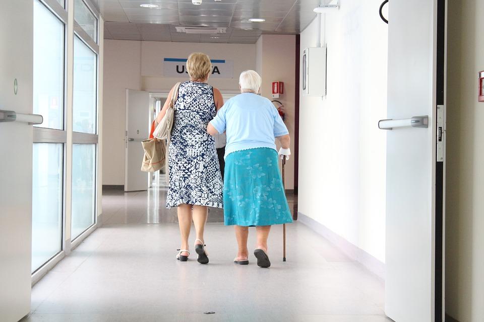 Comment soutenir une personne âgée dans la maladie?