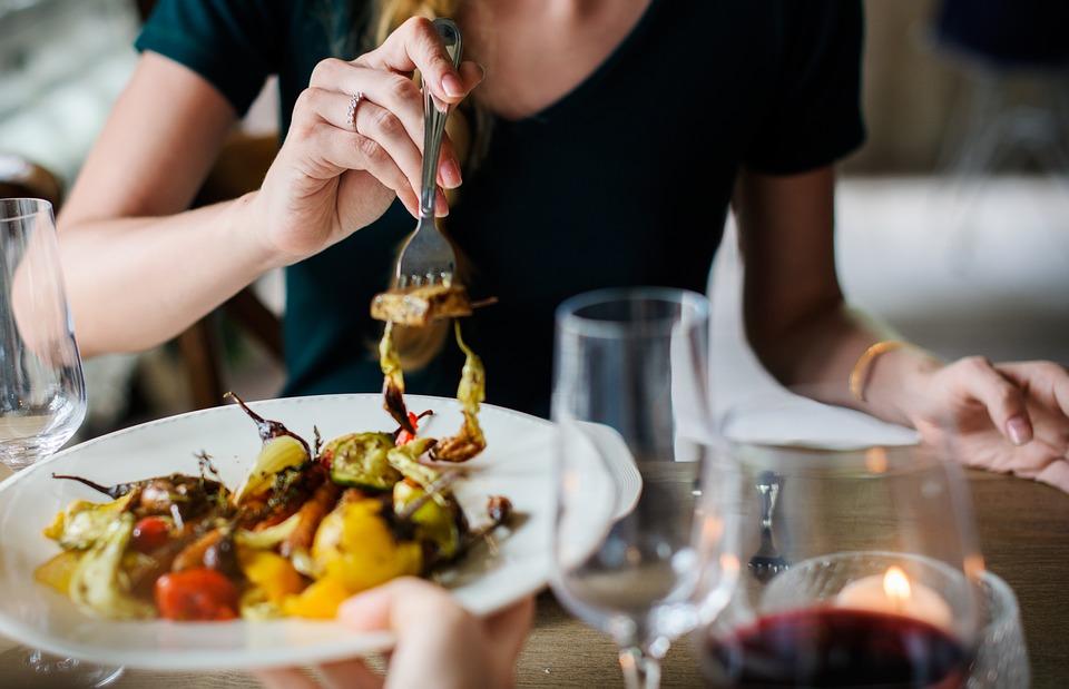 Est-il dangereux de ne manger que le soir avant le coucher?